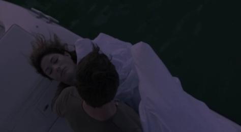 Dexter joga Deb no mar
